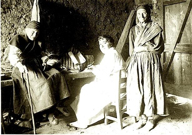 """Josefina Sela entrevistando en Cabanillas (León) a la """"excelente recitadora"""", de unos 95 años, María García Alcalde (22-VIII-1917)"""